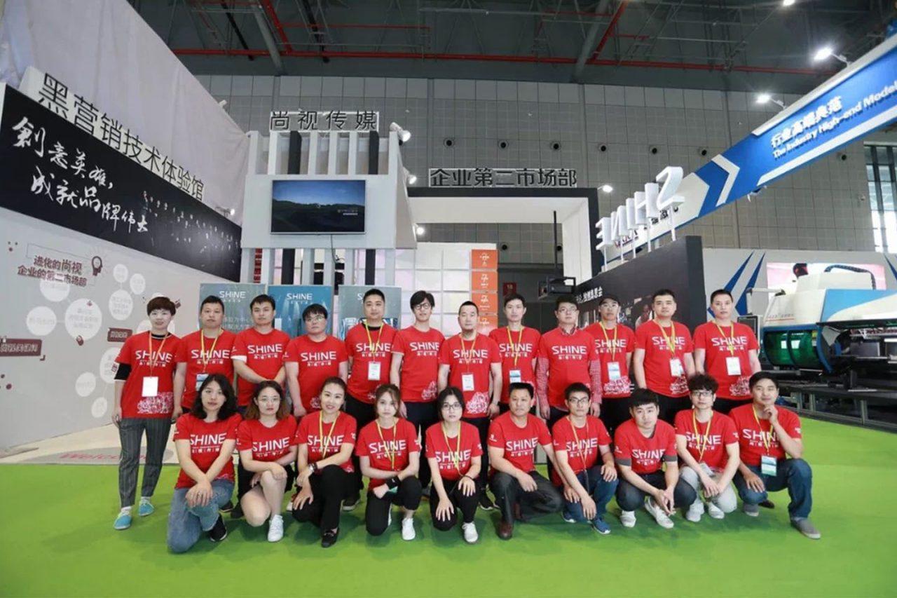 神秘红衣团队现身2018中国国际电梯展,黑营销技术体验技惊四座